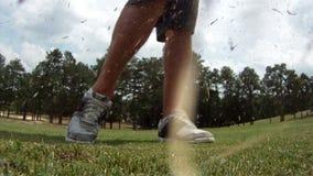 Ευρεία άποψη γωνίας κινηματογραφήσεων σε πρώτο πλάνο της σφαίρας γκολφ που χτυπιέται απόθεμα βίντεο