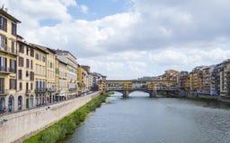 Ευρεία άποψη γωνίας πέρα από τον ποταμό Arno στη Φλωρεντία Στοκ φωτογραφία με δικαίωμα ελεύθερης χρήσης