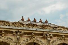 Ευρεία άποψη ενός αρχαίου παλατιού Thirumalai Nayak με τους ανθρώπους, τα γλυπτά και τους στυλοβάτες, Madurai, nadu του Ταμίλ, Ιν στοκ εικόνες