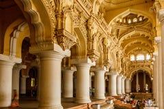 Ευρεία άποψη ενός αρχαίου παλατιού Thirumalai Nayak με τους ανθρώπους, τα γλυπτά και τους στυλοβάτες, Madurai, nadu του Ταμίλ, Ιν στοκ φωτογραφία
