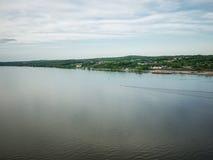 Ευρεία άποψη πέρα από το Hudson με μια διαδρομή μιας ενιαίας βάρκας Στοκ Εικόνες