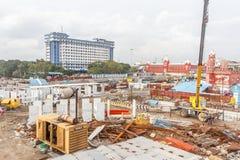 Ευρεία άποψη της περιοχής εργασίας τραίνων μετρό κάτω από την κατασκευή που βλέπει με τις τεράστιες υδραυλικές μηχανές στοκ φωτογραφία με δικαίωμα ελεύθερης χρήσης