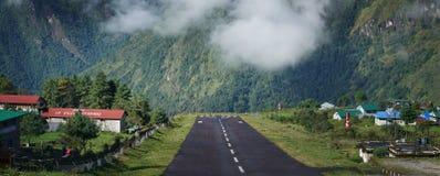 Ευρεία άποψη τοπίων Tenzing†«Χίλαρυ Airport Runway, Lukla Ν στοκ εικόνες με δικαίωμα ελεύθερης χρήσης