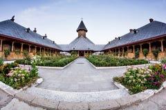 Ευρεία άποψη του εσωτερικού ναυπηγείου του ξύλινου συνόλου εκκλησιών του ST Ana των λουλουδιών Στοκ Εικόνες