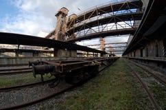 Ευρεία άποψη Fisheye ενός βαγονιού εμπορευμάτων στον παλαιό εγκαταλειμμένο βιομηχανικό σιδηροδρομικό σταθμό στην Πράγα Στοκ Εικόνες