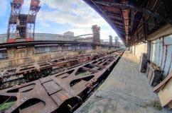 Ευρεία άποψη Fisheye των βαγονιών εμπορευμάτων και των κατασκευών στον παλαιό εγκαταλειμμένο βιομηχανικό σιδηροδρομικό σταθμό στη Στοκ Εικόνες