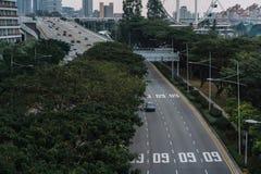 Ευρεία ασιατική μητρόπολη αστικών αυτοκινητόδρομων Σύγχρονες κτήρια και δομές r Εθνική οδός στο πυκνό τροπικό δάσος στοκ εικόνα
