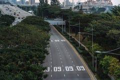 Ευρεία ασιατική μητρόπολη αστικών αυτοκινητόδρομων Σύγχρονες κτήρια και δομές r Εθνική οδός στο πυκνό τροπικό δάσος στοκ φωτογραφία