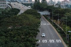 Ευρεία ασιατική μητρόπολη αστικών αυτοκινητόδρομων Σύγχρονες κτήρια και δομές r Εθνική οδός στο πυκνό τροπικό δάσος στοκ εικόνες
