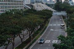 Ευρεία ασιατική μητρόπολη αστικών αυτοκινητόδρομων Σύγχρονες κτήρια και δομές r Εθνική οδός στο πυκνό τροπικό δάσος στοκ εικόνες με δικαίωμα ελεύθερης χρήσης
