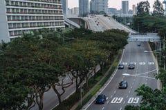 Ευρεία ασιατική μητρόπολη αστικών αυτοκινητόδρομων Σύγχρονες κτήρια και δομές r Εθνική οδός στο πυκνό τροπικό δάσος στοκ φωτογραφίες