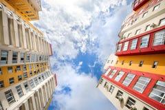 Ευρεία γωνία που πυροβολείται των νέων κατοικημένων κτηρίων Στοκ Εικόνες