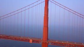 Ευρεία εναέρια χρυσή άποψη γεφυρών πυλών άνωθεν φιλμ μικρού μήκους