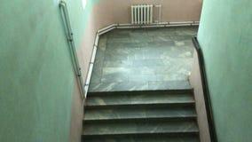 Ευρεία μαρμάρινη σκάλα στο κτήριο φιλμ μικρού μήκους