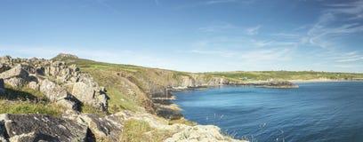 Ευρεία πανοραμική άποψη πέρα από τον κόλπο Whitesands σε Pembrokeshire στοκ φωτογραφίες