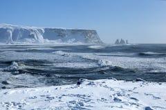 Ευρεία σύλληψη φακών των τριών πυραμίδων Vik, Ισλανδία στο wint Στοκ φωτογραφίες με δικαίωμα ελεύθερης χρήσης