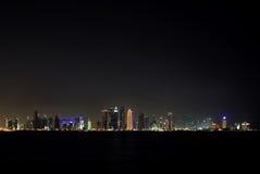 Ευρεία όψη του ορίζοντα Doha τη νύχτα, Κατάρ Στοκ φωτογραφία με δικαίωμα ελεύθερης χρήσης