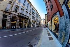 Ευρείες οδοί στο Μιλάνο μεταξύ των παλαιών σπιτιών Στοκ εικόνες με δικαίωμα ελεύθερης χρήσης