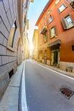 Ευρείες οδοί στο Μιλάνο μεταξύ των παλαιών σπιτιών Στοκ Εικόνες
