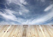 Ευρείες σανίδες και bule θαμπάδες ουρανού του υποβάθρου στοκ εικόνα