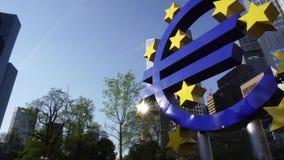 Ευρο- γλυπτό σημαδιών στη Φρανκφούρτη, Γερμανία απόθεμα βίντεο