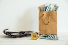 Ευρο- δολάρια χρημάτων και bitcoin στη συσκευασία Στοκ φωτογραφία με δικαίωμα ελεύθερης χρήσης