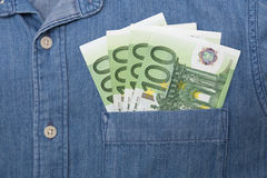 ευρο- ευρώ πέντε εστίαση εκατό τραπεζών σχοινί σημειώσεων χρημάτων Στοκ Φωτογραφίες