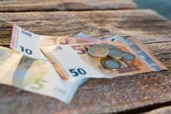 Ευρο- λογαριασμοί και νομίσματα - χρήματα μετρητών Στοκ Εικόνες