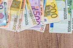 ευρο- λογαριασμοί στο ξύλινο γραφείο κλείστε επάνω Στοκ Φωτογραφία