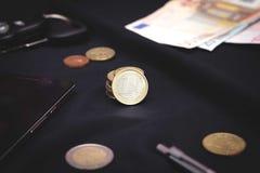 1 ευρο- μέση νομισμάτων ανασκόπησης μαύρη Στοκ Εικόνες