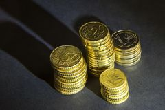 Ευρο- νομίσματα και σεντ στο μαύρο υπόβαθρο Στοκ εικόνα με δικαίωμα ελεύθερης χρήσης