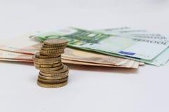 Ευρο- νομίσματα και χρήματα πραγματική αντανάκλαση χρημάτων σπιτιών κτημάτων έννοιας Στοκ Εικόνες