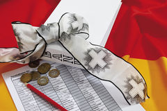 Ευρο- νομίσματα με το μολύβι, τη ζώνη πένθους και το έγγραφο σχετικά με τη γερμανική σημαία Στοκ Εικόνα