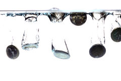 Ευρο- νομίσματα που περιέρχονται στο σαφές νερό Στοκ εικόνες με δικαίωμα ελεύθερης χρήσης
