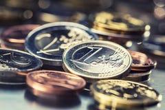 Ευρο- νομίσματα που συσσωρεύονται ο ένας στον άλλο στις διαφορετικές θέσεις Χρήματα γ Στοκ Φωτογραφία