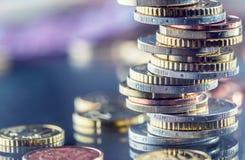 Ευρο- νομίσματα που συσσωρεύονται ο ένας στον άλλο στις διαφορετικές θέσεις Χρήματα γ Στοκ Φωτογραφίες