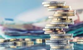 Ευρο- νομίσματα που συσσωρεύονται ο ένας στον άλλο στις διαφορετικές θέσεις Χρήματα γ Στοκ εικόνες με δικαίωμα ελεύθερης χρήσης