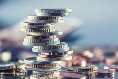 Ευρο- νομίσματα που συσσωρεύονται ο ένας στον άλλο στις διαφορετικές θέσεις Χρήματα γ Στοκ Εικόνα