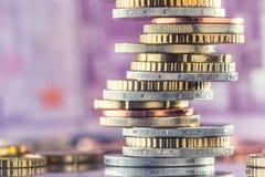 Ευρο- νομίσματα που συσσωρεύονται ο ένας στον άλλο στις διαφορετικές θέσεις Χρήματα γ Στοκ Εικόνες