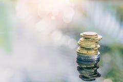 Ευρο- νομίσματα που συσσωρεύονται ο ένας στον άλλο στις διαφορετικές θέσεις για την οικονομική έννοια επένδυσης Στοκ Εικόνες