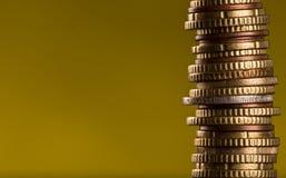 Ευρο- νομίσματα που συσσωρεύονται ο ένας στον άλλο Στοκ Εικόνες