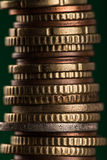 Ευρο- νομίσματα που συσσωρεύονται ο ένας στον άλλο Στοκ Εικόνα