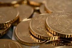 Ευρο- νομίσματα που συσσωρεύονται που απομονώνονται Στοκ εικόνα με δικαίωμα ελεύθερης χρήσης
