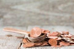 Ευρο- νομίσματα σεντ στο ξύλινο κουτάλι Στοκ εικόνα με δικαίωμα ελεύθερης χρήσης