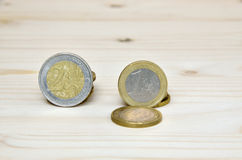 Ευρο- νομίσματα στο ξύλινο υπόβαθρο Στοκ Εικόνες