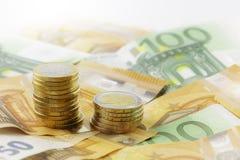 Ευρο- νομίσματα στο σωρό στα ευρο- τραπεζογραμμάτια, πανόραμα, υπόβαθρο Στοκ φωτογραφία με δικαίωμα ελεύθερης χρήσης