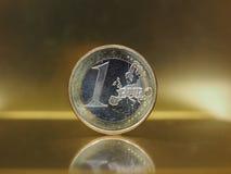 1 ευρο- νόμισμα, Ευρωπαϊκή Ένωση πέρα από το χρυσό υπόβαθρο Στοκ Εικόνες