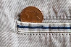 Ευρο- νόμισμα με μια μετονομασία 5 ευρο- σεντ στην τσέπη των άσπρων τζιν τζιν με το μπλε λωρίδα Στοκ Εικόνα