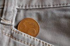 Ευρο- νόμισμα με μια μετονομασία 5 ευρο- σεντ στην τσέπη των άσπρων τζιν τζιν Στοκ Εικόνα