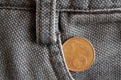 Ευρο- νόμισμα με μια μετονομασία 5 ευρο- σεντ στην τσέπη των καφετιών τζιν τζιν Στοκ Εικόνα